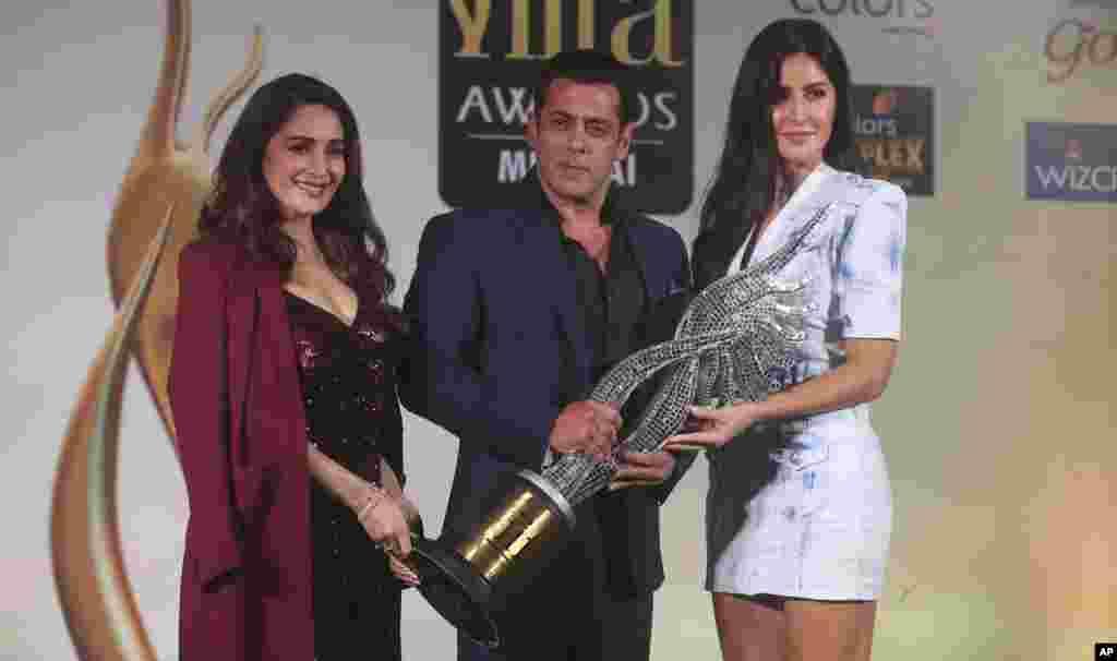 هنرپیشه های سینمای بالیوود در کنفرانس خبری برای اطلاع دهی از زمان و مکان جشنواره فلم ممبای
