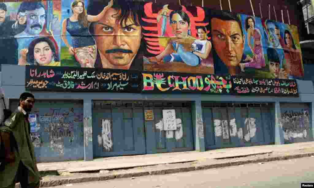 ایم اے جناح روڈ پر واقع پرنس سنیما جو پچھلے کئی سالوں سے بند پڑا ہے۔ نامعلوم یہ بھی کب منہدم ہوجائے