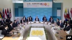 Tổng thống Obama phát biểu tại cuộc họp với các lãnh đạo 10 nước thành viên ASEAN tại Sunnylands ở Rancho Mirage, bang California.