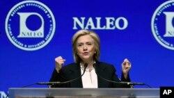 Hillary Clinton dalam sebuah acara komunitas Latino di Las Vegas (18/6). (AP/David Becker)