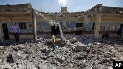 Salah satu bangunan sekolah di kota Aleppo yang runtuh setelah dibom oleh jet-jet tempur pasukan Suriah (8/8).