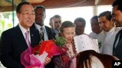 버마 미얀마 양군에 도착해 관계자들로부터 환영 꽃다발을 받는 반기문 유엔사무총장 내외