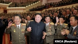 朝鲜朝中社公布的照片上金正恩与朝鲜研发氢弹的核科学家和工程师在一起。