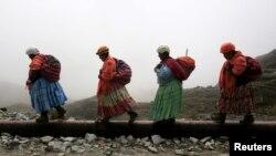 Perempuan dari suku pribumi Aymara, berjalan menuju gunung Huayna Potosi, Bolivia, 6 April 2016. (REUTERS/David Mercado)