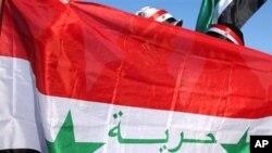 '자유'라는 글귀가 적힌 시리아 국기를 들고 시위하는 시리아 여성