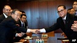 반기문 유엔 사무총장(왼쪽)이 지난해 9월 유엔 총회 참석 차 뉴욕 유엔 본부를 방문한 리수용 북한 외무상(오른쪽)과 회담에 앞서 악수하고 있다. (자료사진)