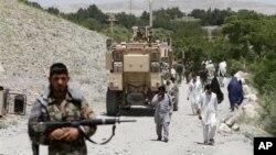아프가니스탄 카불에서 테러 현장을 수색하는 아프간 정부군. (자료사진)