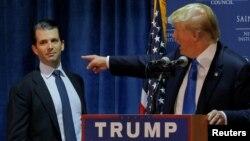 Le président Donald Trump présente son fils lors de la campagne pour la présidentielle à Manchester, New Hampshire, 11 novembre 2015.