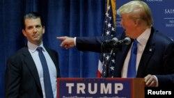 川普总统2015年在竞选集会上向支持者介绍他的儿子小川普