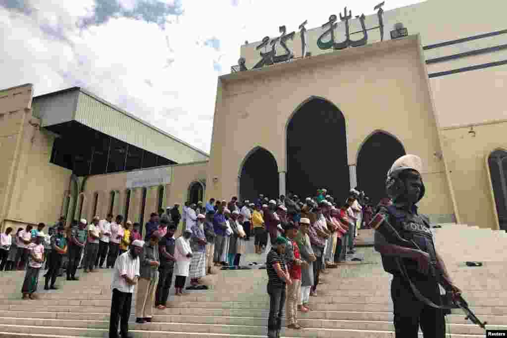 Полицейский охраняет территорию возле Национальной мечети Байтул-Мукаррам в Дакке во время пятничной молитвы. В столице Бангладеш усилены меры безопасности в связи с атаками на мечети в Новой Зеландии.