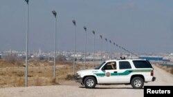 Una camioneta de la Patrulla Fronteriza de EE.UU. vigila en la frontera con México, en El Paso, Texas. (Foto de archivo)