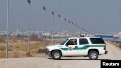 Penjaga perbatasan AS melakukan patroli di perbatasan AS-Meksiko di kota El Paso, Texas (foto: ilustrasi). Sebagian besar imigran gelap melintas masuk wilayah Amerika melalui Meksiko.