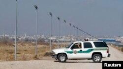 Un véhicule de la police des frontières des États-Unis entre les États-Unis et le Mexique à El Paso, au Texas.