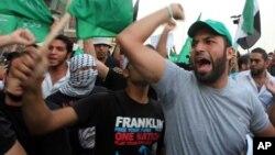 Manifestantes se lanzaron a las calles de Beirut para condenar el atentado en el que murió el jefe de la inteligencia libanesa.