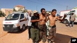 這名反卡扎菲的戰鬥人員上星期的砲擊中受傷