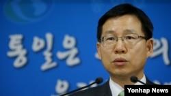 김의도 한국 통일부 대변인이 17일 정부서울청사에서 북한의 대남 성명에 유감을 표명하는 성명을 발표하고 있다.