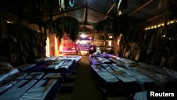 Cercueils contenant les corps de victimes du génocide de 1994 au Rwanda, exposés dans l'église de Nyamata, le 9 avril 2014.