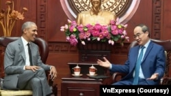 Cựu Tổng thống Obama được Bí thư Thành ủy Thành phố Hồ Chí Minh Nguyễn Thiện Nhân tiếp đón tại trụ sở ở TPHCM hôm 9/12. (Ảnh chụp từ video trên VnExpress.net)