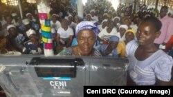 Quelques femmes apprennent à utiliser la machine à voter à Bumba, dans la province de la Mongala, dans l'ouest RDC, 30 août 2018. (Ceni RDC)