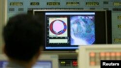 Seorang teknisi memperhatikan video eksperimen teknologi fusi yang dilakukan di Naka, Ibaraki oleh Badan Tenaga Atom Jepang (foto: ilustrasi).