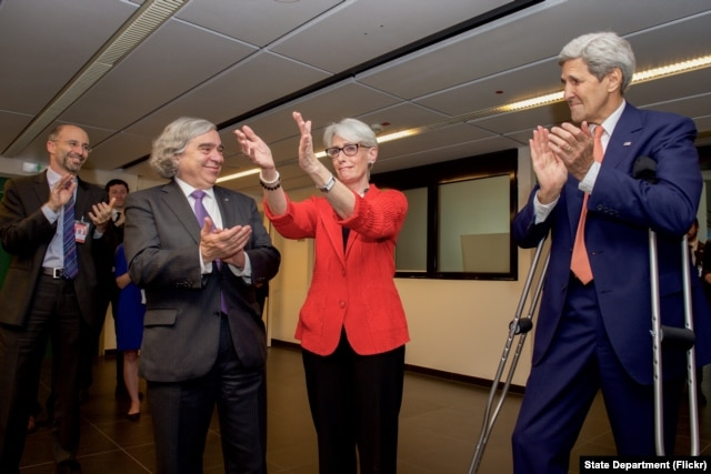 U.S. Secretary of State John Kerry and U.S. Energy Secretary Dr. Ernest Moniz applaud State Department Under Secretary for Political Affairs Wendy Sherman as she, in turn, thanks members of the United States negotiating team in Vienna, Austria, July 14, 2015.