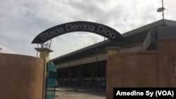 L'entrée du stade Demba Diop à Dakar, au Sénégal, le 25 juillet 2017. (VOA/Amedine Sy)