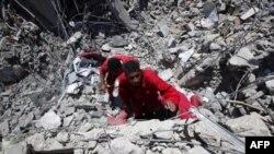 Spasilačke ekpipe pretražuju bombardovani stambeni kompleks nakon napada NATO-a zapadno od Tripolija