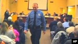 Imagen de un video en el que aparece el oficial Darren Wilson saliendo de una reunión del concejo municipal de Ferguson.