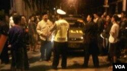 Polisi menjaga ketat akses jalan menuju Vihara Ekayana pada hari Minggu (4/8) malam pasca ledakan (foto: Andylala/VOA).