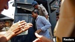 在轮奸摄影记者案中被定罪的四名被告之一被警察押送至孟买城外的一所监狱。(2014年3月20日)