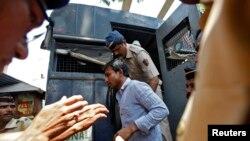 Cảnh sát áp tải một trong bốn người đàn ông bị kết tội cưỡng hiếp phóng viên ảnh bên ngoài nhà tù ở Mumbai, ngày 20/3/2014.