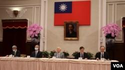 """台湾的国家安全会议副秘书长徐斯俭(左)、台湾行政院政务委员邓振中、APEC台湾领袖代表暨台积电创办人张忠谋(中)、台湾国家发展委员会主任委员龚明鑫以及台湾外交部国际组织司司长陈龙锦于21日出席""""APEC暨经济领袖会议会后记者会""""。(美国之音李玟仪摄)"""