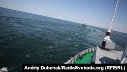 Ракетний катер ВМС ЗСУ «Прилуки» заходить на курс, з якого вестиме бойові стрільби