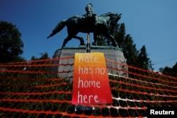 Gösterilere yol açan Güneyli General Robert E. Lee'nin heykeli