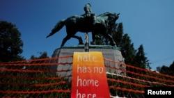 """Znak """"Ovde nema mesta mržnji"""" postavljen je ispred statue generala Konfederacije Roberta E. Lija pred protest """"Ujedinjene desnice"""" u Šarlotsvilu u Virdžiniji 2017. godine."""