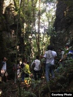 Tim Ekspedisi Poso berada di sebuah rekahan atau patahan sesar Poso Barat di ketinggian 767 meter diatas Permukaan air laut, pegunungan Makilo, Kecamatan Pamona Selatan, Kabupaten Poso. (Courtesy: Tim Ekspedisi Poso).