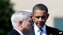 باراک اوباما و ربابرت گیتس در مراسم تودیع او به عنوان وزیر دفاع، ۳۰ ژوئن ۲۰۱۱، پنتاگون.