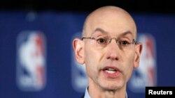 NBA總裁西爾瓦在紐約宣布對快艇隊老闆斯特林的判罰。