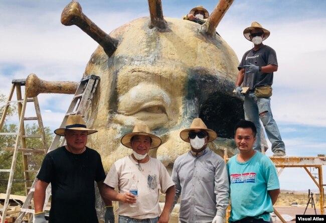 """雕塑农场的""""中共病毒""""雕塑正在完工阶段。图为当天工作人员合影--""""病毒""""顶上的是赵永奎,站在架子上的是袁先生;前排左起为范先生,陈维明,苏立德和丁先生。(美国之音,2021年5月25日)"""