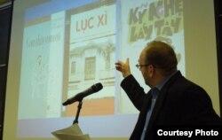 Giáo sư Peter Zinoman nói chuyện về quan điểm chính trị của nhà văn Vũ Trọng Phụng, Đại học Berkeley tháng 4/2014 (ảnh Bùi Văn Phú)
