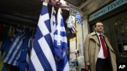 2月21日欧元区各国财长批准向希腊提供新援助的当天,一名希腊男子走过雅典街头