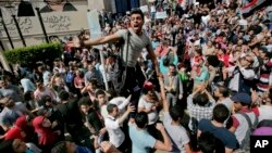 قاہرہ میں نوجوانوں کا حکومت کے خلاف مظاہرہ اور دھرنا۔ (فائل فوٹو)