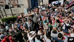 """روز ۱۵ آوریل، نزدیک به سه هزار معترض در قاهره تجمع کردند و تحویل جزایر """"تیران"""" و """"صنافیر"""" را محکوم کردند."""