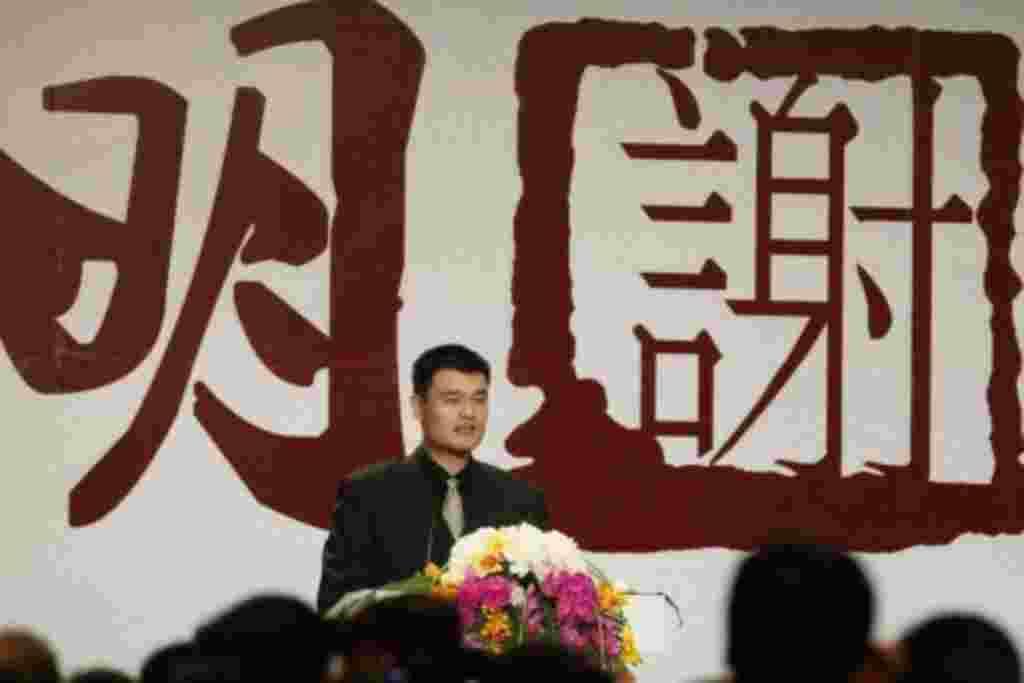 """Hoy me retiro, pero a la vez que una puerta se cierra, otra gradualmente se va abriendo"", dijo Yao Ming en un discurso que pronunció en Shanghái, China."