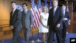 眾議院議長約翰.貝納(右二)和他的共和黨議員週四在國會山出席記者會向媒體講解國債上限方案最新情況。