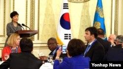 박근혜 한국 대통령이 21일 청와대 영빈관에서 열린 국제민주연맹 당수회의에 참석해 인사말을 하고 있다.
