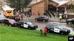 Polisi mengamankan lokasi terjadinya penembakan di STEM School Highlands Ranch yang terletak di selatan Denver, Colorado, Selasa (7/5).