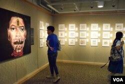 在香港中文大學舉行的西藏電影文化節展覽。(美國之音湯惠芸)
