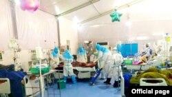 COVID-19 ကုသေရးဌာန (သုဝဏၰ)၊ အထူးၾကပ္မတ္ကုသေဆာင္မွာ ေရာဂါျပင္းထန္စြာ ခံစားေနရသူတဦးကို ကုသေစာင့္ေရွာက္မႈေပးေနတဲ့ က်န္းမာေရးဝန္ထမ္းမ်ား။ (ဒီဇင္ဘာ ၁၆၊ ၂၀၂၀။ ဓာတ္ပုံ - MOHS)