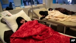 Women are treated for a suspected cholera infection at a hospital in Sana'a, Yemen, May. 15, 2017.